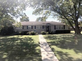AUCTION: Rare Opportunity to Own Mid-Century Ranch Home in Middle Tennessee featured photo 2