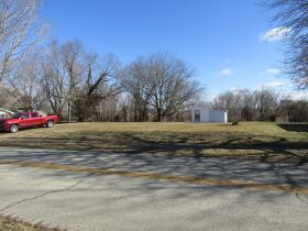 2 BEDROOM HOME - GARAGE - LOTS - Selling in 2 Parcels - Online Bidding Ends THUR, MARCH 4 @ 4:00 PM CST featured photo 5